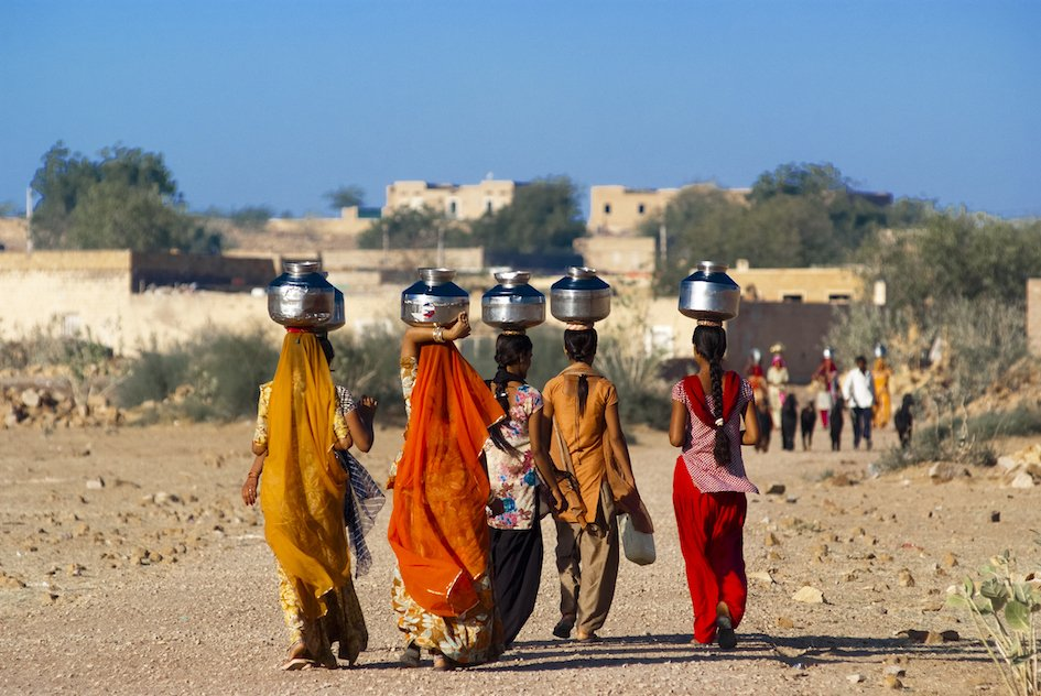 Tips for Travelling India - Locals carrying water on their heads