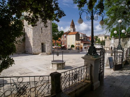 A picture of the town and a well in Zadar, capital of Croatia.