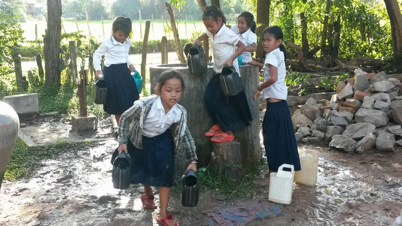 kids in cambodia with waterwell project