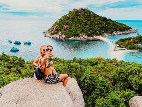 girls taking selfie at Koh Nang Yuan Viewpoint in Thailand