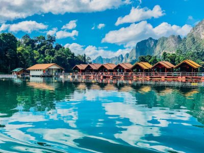 A stunning photo of the picturesque floating bungalows in Khao Sok national park